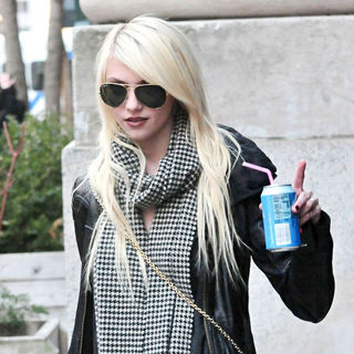 Taylor Momsen - On the set of 'Gossip Girl' shooting on location in Manhattan