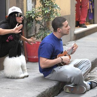 Snooki, Vinny Guadagnino in Jersey Shore Cast Members Decide to do Some Busking in Order to Make A Little Extra Money