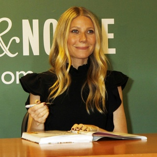 Gwyneth Paltrow - Gwyneth Paltrow Book Signing It's All Easy: Delicious Weekday Recipes for the Super-Busy Home Cook