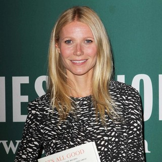 Gwyneth Paltrow in Gwyneth Paltrow Signs Copies of Her Book