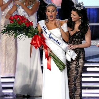 Mallory Hagan, Laura Kaeppeler in 2013 Miss America Final Competition