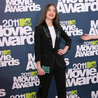 Hailee Steinfeld in 2011 MTV Movie Awards - Arrivals