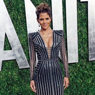 Halle Berry in 2013 Vanity Fair Oscar Party - Arrivals