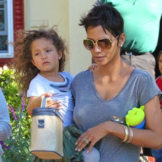 Nahla Ariela Aubry, Halle Berry in Halle Berry Picking Up Her Daughter from School