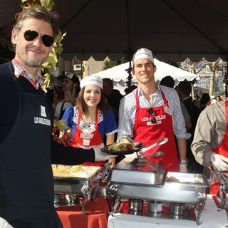 Simon Halls, Matthew Bomer in The Los Angeles Mission's Thanksgiving for Skid Row Homeless