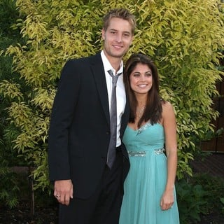Justin Hartley, Lindsay Korman in The 2009 Saturn Awards