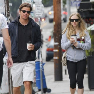 Amanda Seyfried and Josh Hartnett Grab A Take Away Coffee in Los Feliz - hartnett-seyfried-grab-a-take-away-coffee-01