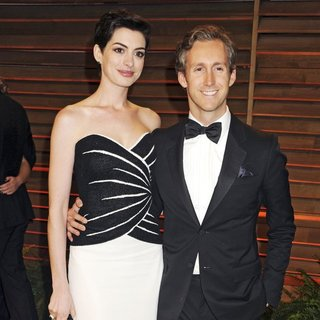 Anne Hathaway, Adam Shulman in 2014 Vanity Fair Oscar Party