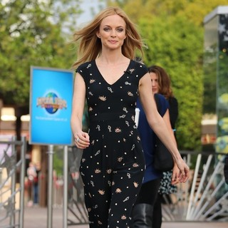 Heather Graham Appears on Extra