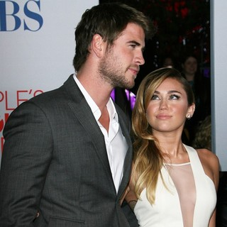 Liam Hemsworth, Miley Cyrus in 2012 People's Choice Awards - Arrivals