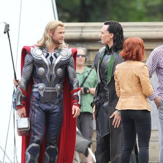 Chris Hemsworth, Tom Hiddleston, Scarlett Johansson in Actors on The Set of The Avengers Shooting on Location in Manhattan