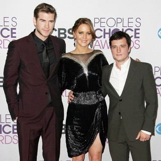 Liam Hemsworth, Jennifer Lawrence, Josh Hutcherson in People's Choice Awards 2013 - Press Room