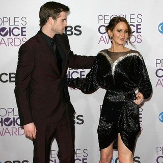 Liam Hemsworth, Jennifer Lawrence in People's Choice Awards 2013 - Press Room