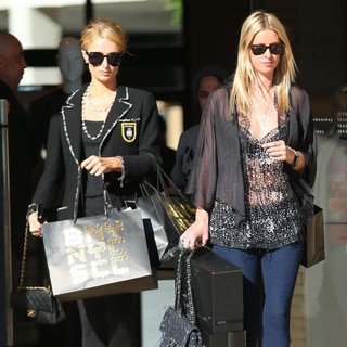Paris Hilton, Nicky Hilton in Hilton Sisters Christmas Eve Shopping