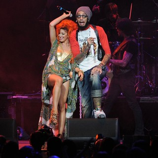 Travis McCoy, Gym Class Heroes, Neon Hitch in The Y100 Jingle Ball 2011