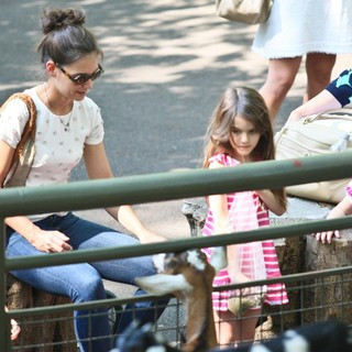 Katie Holmes and Suri Cruise Spend The Afternoon at The Central Park Zoo - holmes-cruise-at-central-park-zoo-17