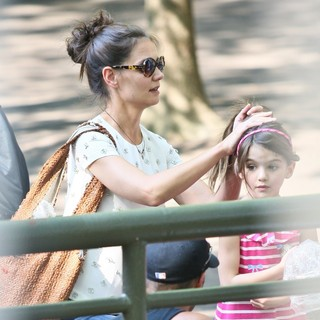 Katie Holmes and Suri Cruise Spend The Afternoon at The Central Park Zoo - holmes-cruise-at-central-park-zoo-18
