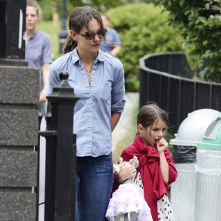 Katie Holmes, Suri Cruise in Katie Holmes and Suri Cruise Enjoy A Day at Brooklyn Bridge Park