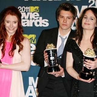 Xavier Samuel in 2011 MTV Movie Awards - Press Room - howard-samuel-reaser-2011-mtv-movie-awards-press-room-01