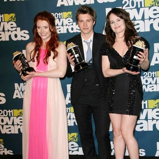 Xavier Samuel in 2011 MTV Movie Awards - Press Room - howard-samuel-reaser-2011-mtv-movie-awards-press-room-02