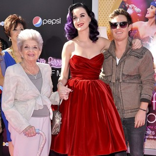 Mary Hudson, Ann Hudson, Katy Perry in Katy Perry: Part of Me Los Angeles Premiere
