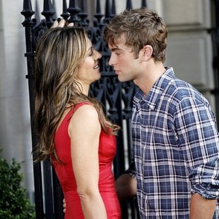 Elizabeth Hurley in Shooting for Gossip Girl - hurley-crawford-shooting-for-gossip-girl-01