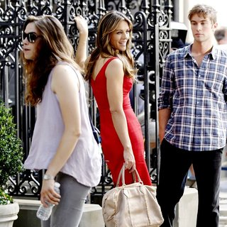 Elizabeth Hurley in Shooting for Gossip Girl - hurley-crawford-shooting-for-gossip-girl-02
