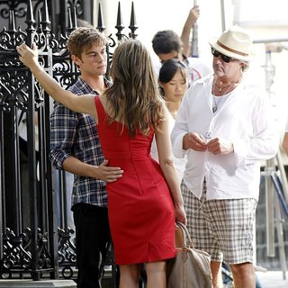 Elizabeth Hurley in Shooting for Gossip Girl - hurley-crawford-shooting-for-gossip-girl-05