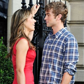 Elizabeth Hurley in Shooting for Gossip Girl - hurley-crawford-shooting-for-gossip-girl-06