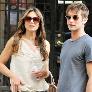 Elizabeth Hurley in Shooting for Gossip Girl - hurley-crawford-shooting-for-gossip-girl-11