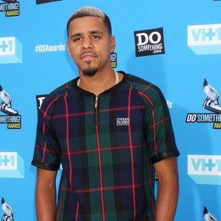 J. Cole in The 2013 Do Something Awards - j-cole-2013-do-something-awards-02