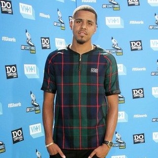 J. Cole in The 2013 Do Something Awards - j-cole-2013-do-something-awards-03