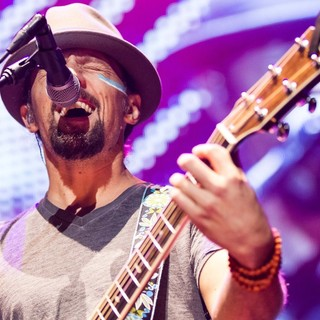 Jason Mraz Performs Live