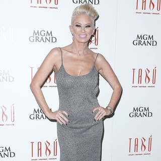 Jenna Jameson Hosts An Evening at Tabu Ultra Lounge - jenna-jameson-hosts-an-evening-07