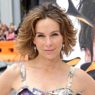 Jennifer Grey in Premiere Mr. Popper's Penguins
