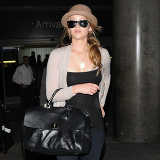 Jennifer Lawrence in Jennifer Lawrence Arrives at LAX Airport After Flying in from London
