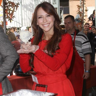 Jennifer Love Hewitt in 75th Anniversary of The Los Angeles Mission Serving Thanksgiving Dinner to The Homeless