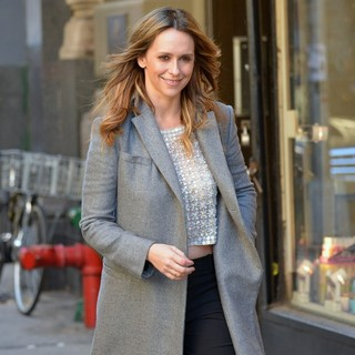 Jennifer Love Hewitt - Jennifer Love Hewitt Bares Her Midriff on A Chilly Day