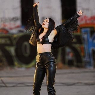 Jessie J Wearing All Black Leather for Music Video Masterpiece Filming - jessie-j-music-video-masterpiece-filming-11
