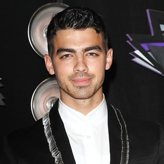 Joe Jonas, Jonas Brothers in 2011 MTV Video Music Awards - Arrivals