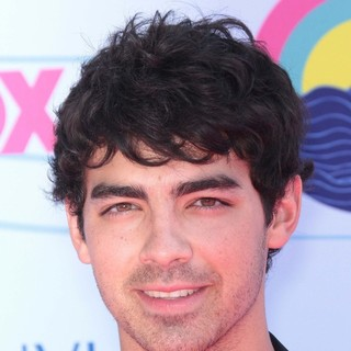 Joe Jonas, Jonas Brothers in The 2012 Teen Choice Awards - Arrivals