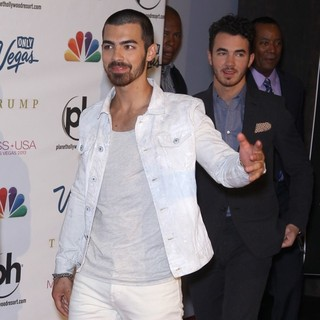 Joe Jonas, Kevin Jonas, Jonas Brothers in 2013 Miss USA Pageant - Arrivals