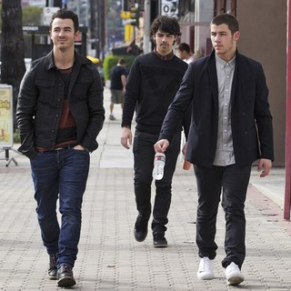 Jonas Brothers Head to Guitar Center - jonas-brothers-head-to-guitar-center-01