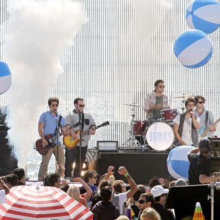 Jonas Brothers - The Jonas Brothers on the set of their new music video