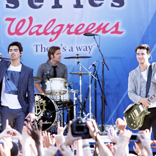 Joe Jonas, Kevin Jonas, Jonas Brothers in The Jonas Brothers Perform for ABC's 'Good Morning America' Summer Concert Series