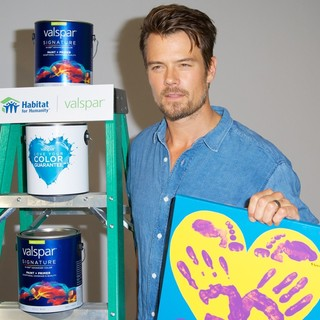 Josh Duhamel in Josh Duhamel and Valspar Unveil Celebrity Handprints to Be Auction for Habitat for Humanity