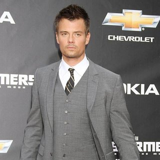 New York Premiere of Transformers Dark of the Moon - josh-duhamel-premiere-transformers-dark-of-the-moon-03