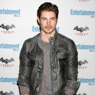 Josh Henderson in Comic Con 2011 Day 3 - Entertainment Weekly Party - Arrivals