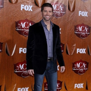 Josh Turner in 2011 American Country Awards - Arrivals - josh-turner-2011-american-country-awards-02