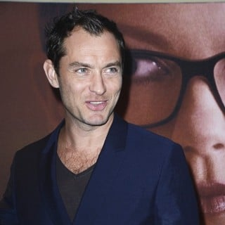 Jude Law in The Premiere of Side Effects - jude-law-france-premiere-side-effects-02
